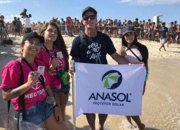 Promotoras da WSL recebendo os brindes Anasol